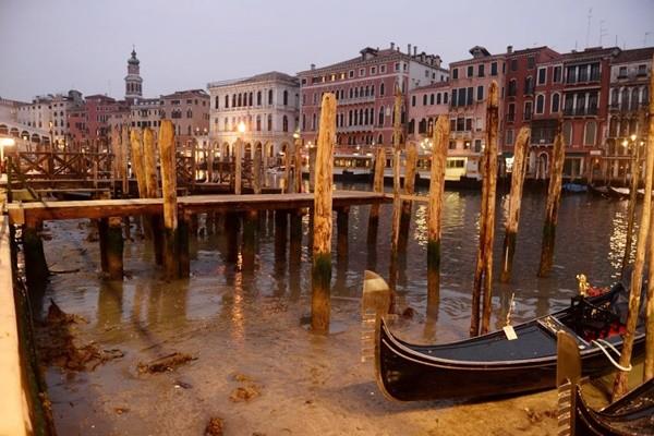 威尼斯運河「乾掉」划艇卡河道遊客失望