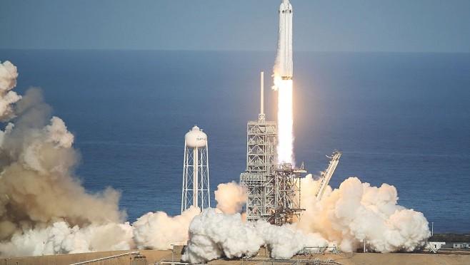 萬眾矚目  Space X發射最強火箭 將跑車送上太空
