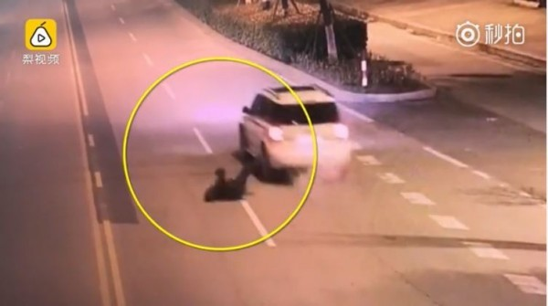 江蘇男酒醉跌出車外 妻子駕車揚長而去