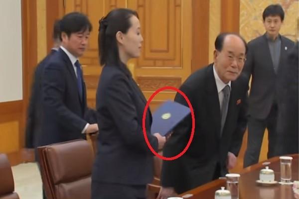 金氏家族首入韩国 金与正拿蓝色资料夹会见文在寅
