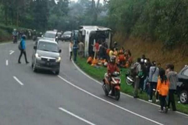 印尼巴士上坡倒退 撞机车翻滚多次 酿27死16伤(视频慎入)