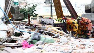 花莲地震17死280人伤 搜救人员鸣笛鞠躬撤退