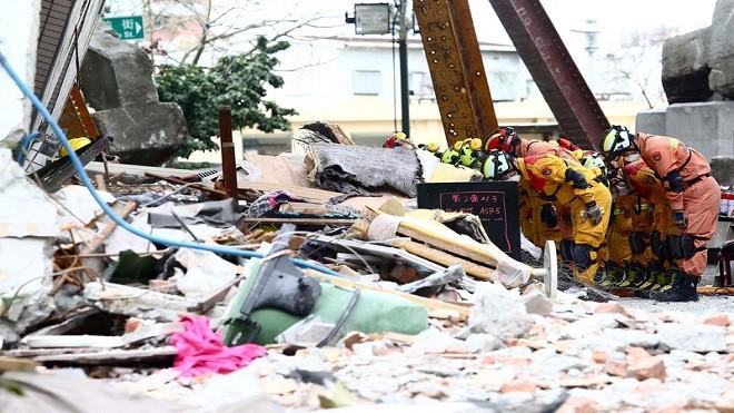 花蓮地震17死280人傷 搜救人員鳴笛鞠躬撤退