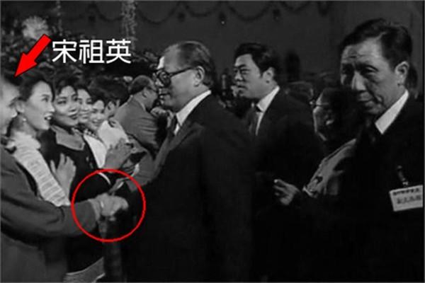 江澤民「春晚」不請自到 緊握宋祖英手不願撒開