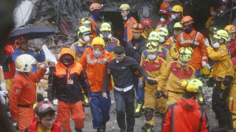 地震受困15小时 统帅员工想啃柜台木头保命