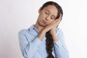睡眠不足损失大 保护肠道健康三关键(视频)