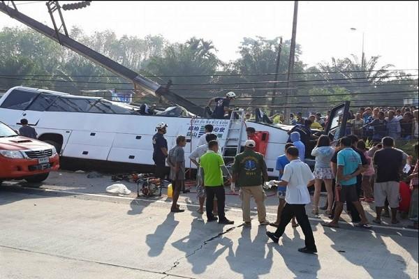 泰国旅巴撞电线杆 司机当场身亡 中国游客17人轻重伤