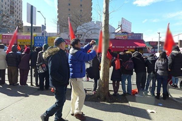 """新年游行中共买人举血旗 """"蚕食美国""""华人反感"""