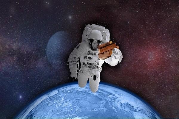 反击外星人? 太空人执行任务配手枪