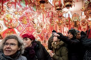 菲國商場掛冥紙當新年裝飾 嚇壞華人網友