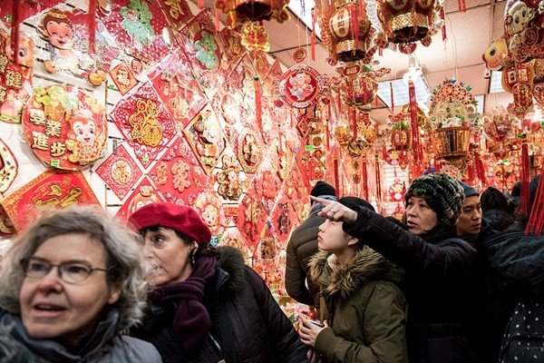 菲国商场挂冥纸当新年装饰 吓坏华人网友