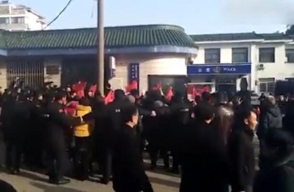 陸律師中30刀亡警稱自殺  網友轟魔幻現實主義
