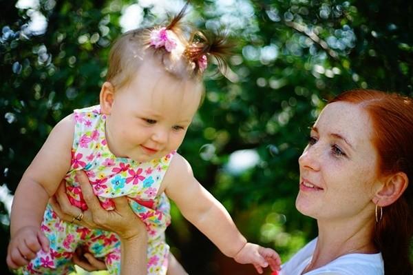 媽媽總是左手抱娃?原來是有科學根據的!