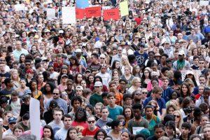 将枪击案政治化 民主党招募幸存学生狂拉选票