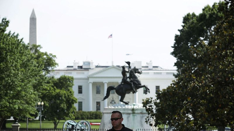 一男子白宫外离奇饮弹自尽 无一枪射向白宫