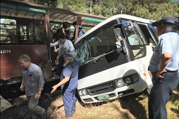 澳洲观光小火车遭小巴士冲撞 4陆客受伤