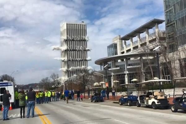 肯塔基州政府舊大樓爆破 秒崩場面震撼