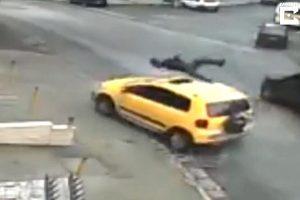 巴西男被汽车撞飞 稳坐车顶打电话叫救护车