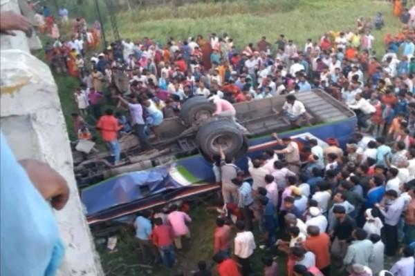 印度巴士超載超速 衝毀橋欄墜河床 至少14死45傷
