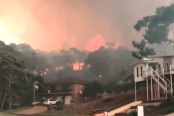丛林大火延烧 澳洲观光小镇顷刻遭火吞噬