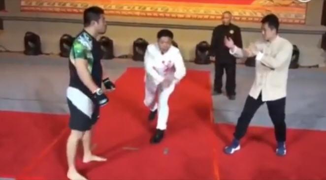 詠春拳師被擊倒後放話:徐曉冬只是能抗打(視頻)