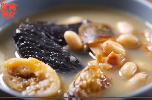 滋阴补肾养生汤 黄豆花生蚝豉煲乌鸡(视频)