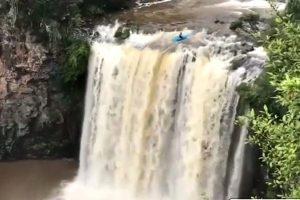 挑战极限!划独木舟挑战危险瀑布 澳男从20米落下