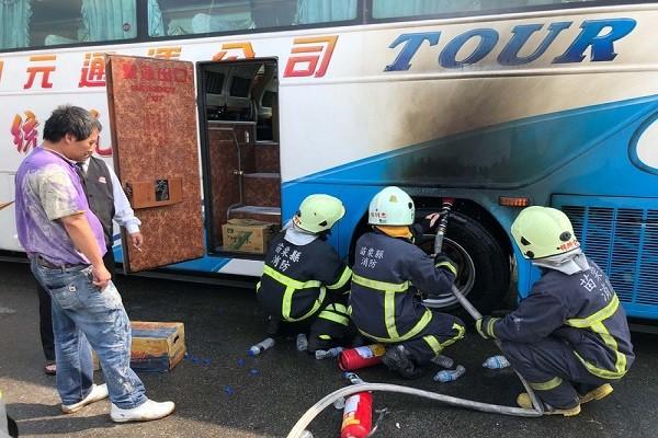 游览车后轮爆胎起火 上海陆客团虚惊一场