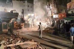 印度饭店疑遭汽车撞塌 酿9死传50人被埋(视频)