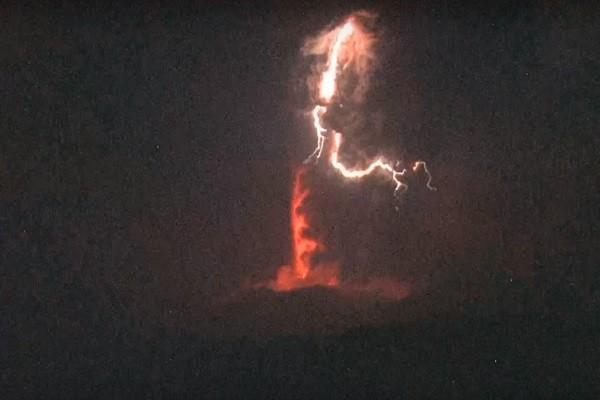 新燃岳火山再噴發驚現「火山雷」  濃煙衝上5000公尺高