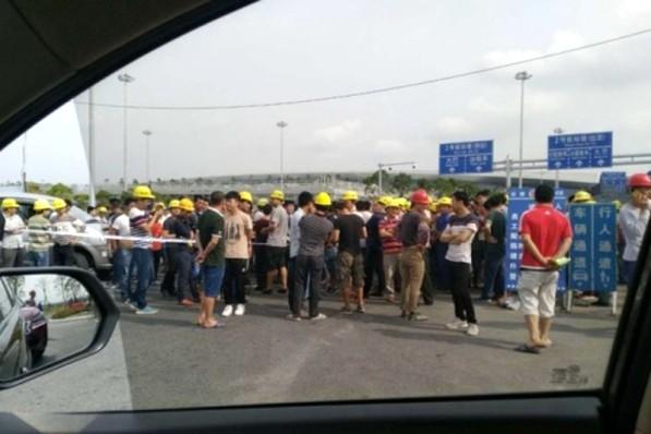 广州白云机场拖欠工资 遭上百工人包围抗议