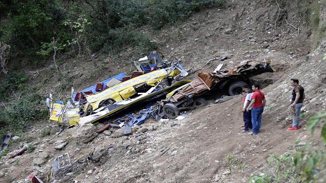 印度校车坠60米山谷 死亡数攀升至30人