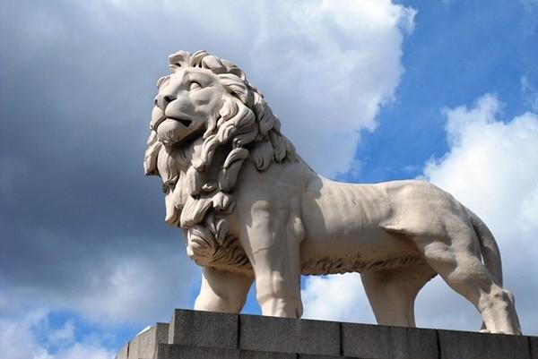 古代建筑前的一对石狮子有什么功用?