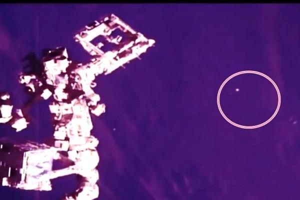 国际太空站附近现神秘三角形UFO