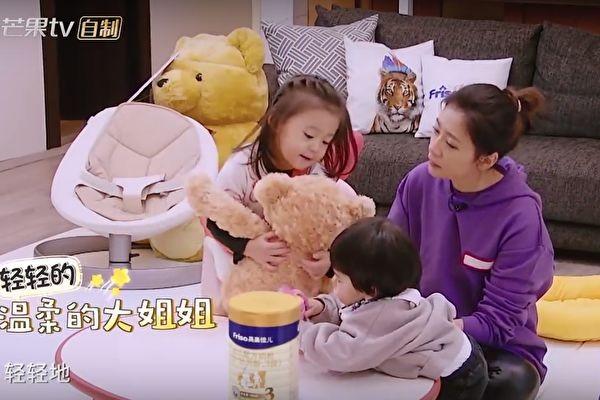 咘咘抱Bo妞不會用力 賈靜雯教她學做溫柔姐姐