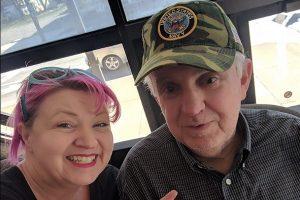肯塔基州失智老人迷路46公里 海军帽帮他找到亲人