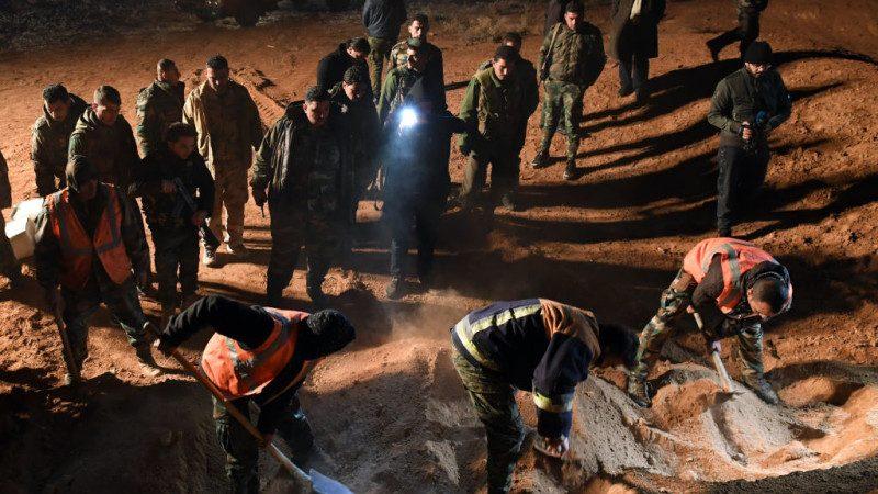 """IS前据点惊见""""万人塚"""" 估计埋200具遗体"""