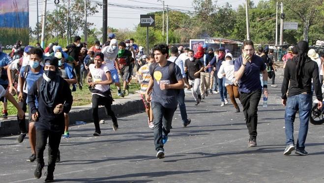 尼国年改爆抗议 疑警开枪酿25死 记者直播遭爆头