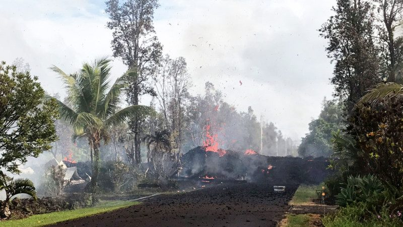 夏威夷火山喷发恐持续数月 更多住宅遭毁 居民忍泪撤离