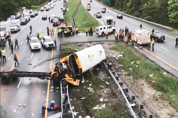 校車與傾卸車相撞 新澤西州師生車內「倒吊」2死43傷