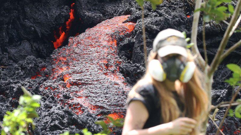 """夏威夷火山大爆发 民众不要命争拍""""岩浆河"""""""
