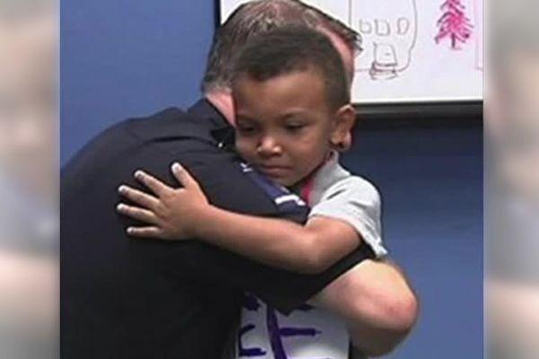 5歲男孩央求逃學 卻讓媽媽自豪警察落淚 夢想終成真