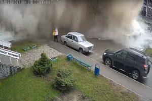 水管突然爆裂 熱水夾雜泥土瞬間吞沒老婦(視頻)