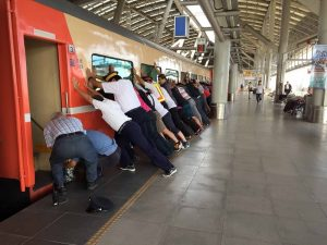 老妇人上车踩空卡月台 乘客合力推车厢救人