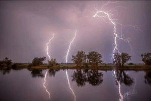 暴风雨玩自拍 德国两女子遭雷击 衣服撕裂倒地