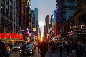 """游客争相观赏""""曼哈顿悬日"""" 错过7月12日再来"""