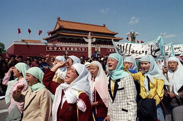 各民族的民众都来到广场请愿游行。(CATHERINE HENRIETTE/AFP/Getty Images )