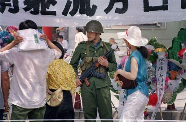 手持机枪的士兵站在广场上。(CATHERINE HENRIETTE/AFP/Getty Images)