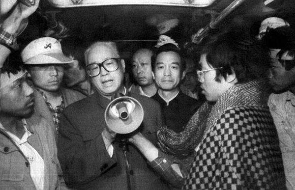 前中共总书记赵紫阳亲自到广场上和学生对话,流泪劝学生离开。(STR/AFP/Getty Images)