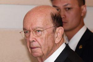 美商務部長提前抵京 走出酒店全程「黑臉」
